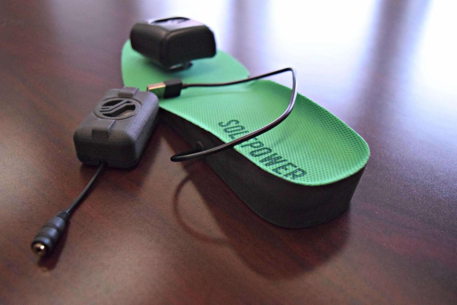 Dụng cụ sạc pin từ đế giày