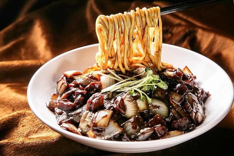 Ở Hàn Quốc, người ta thường ăn mì tương đen vào ngày Valentine đen